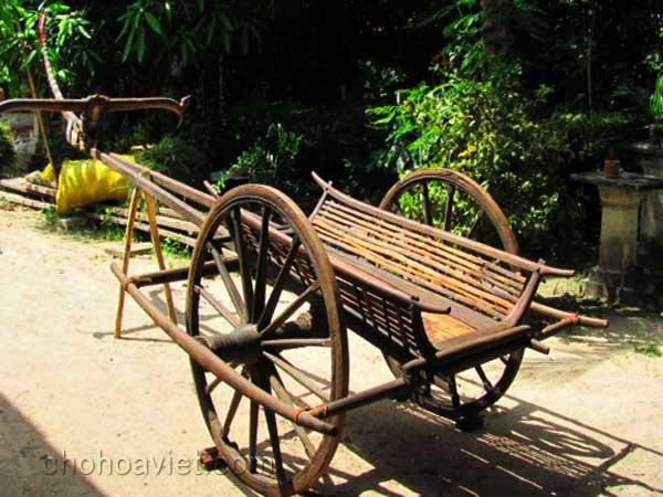 Xe bò nét thôn dã trong sân vườn