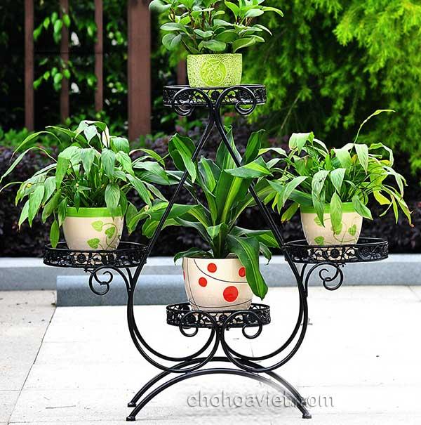 Kệ sắt nghệ thuật tăng vẻ đẹp lãng mạn cho khu vườn